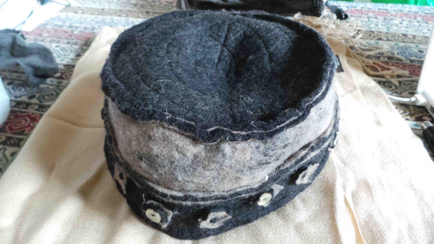 Descrizione cappello afgano i feltro nero e bronzo con decorazioni e  bottoni. foderato all interno 3894a5aa634e