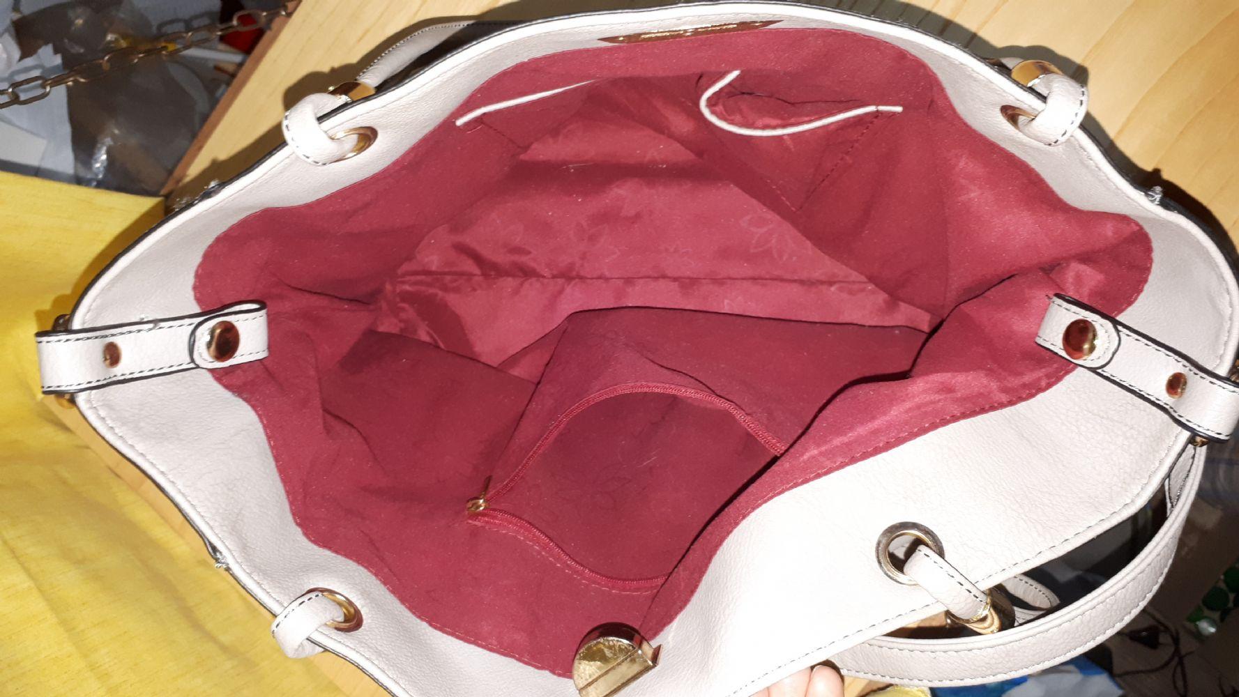 337cb4ae99 Descrizione:Borsa Carpisa in ottime condizioni generali con annessa un  altra borsa che sta all'interno. La tracolla può essere utilizzata per  entrambe le ...